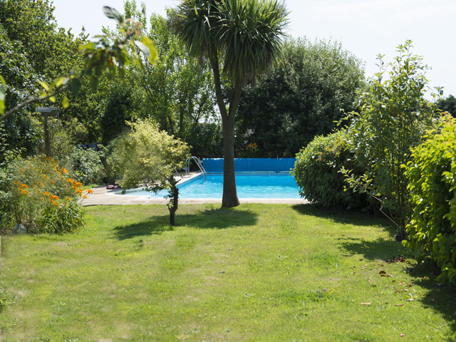 Owner's garden, use of pool by arrangement