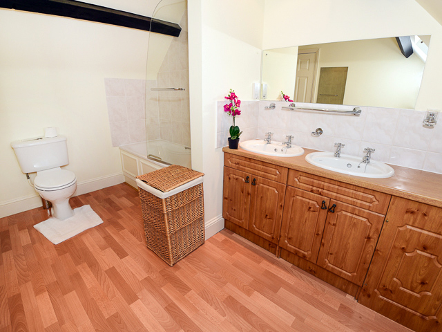 Bathroom ensuite with double bedroom