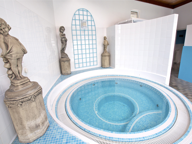 Jacuzzi at Beausite Apartments