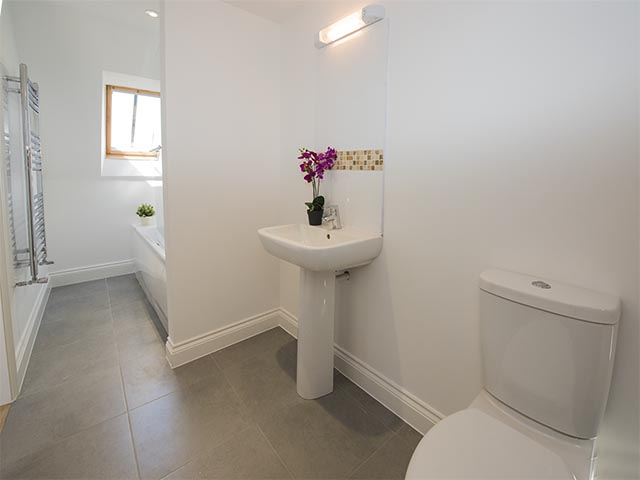 Bathroom ensuite with the master bedroom