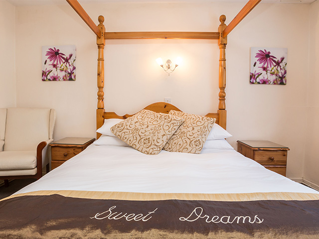 Double bedroom with King size four poster bed