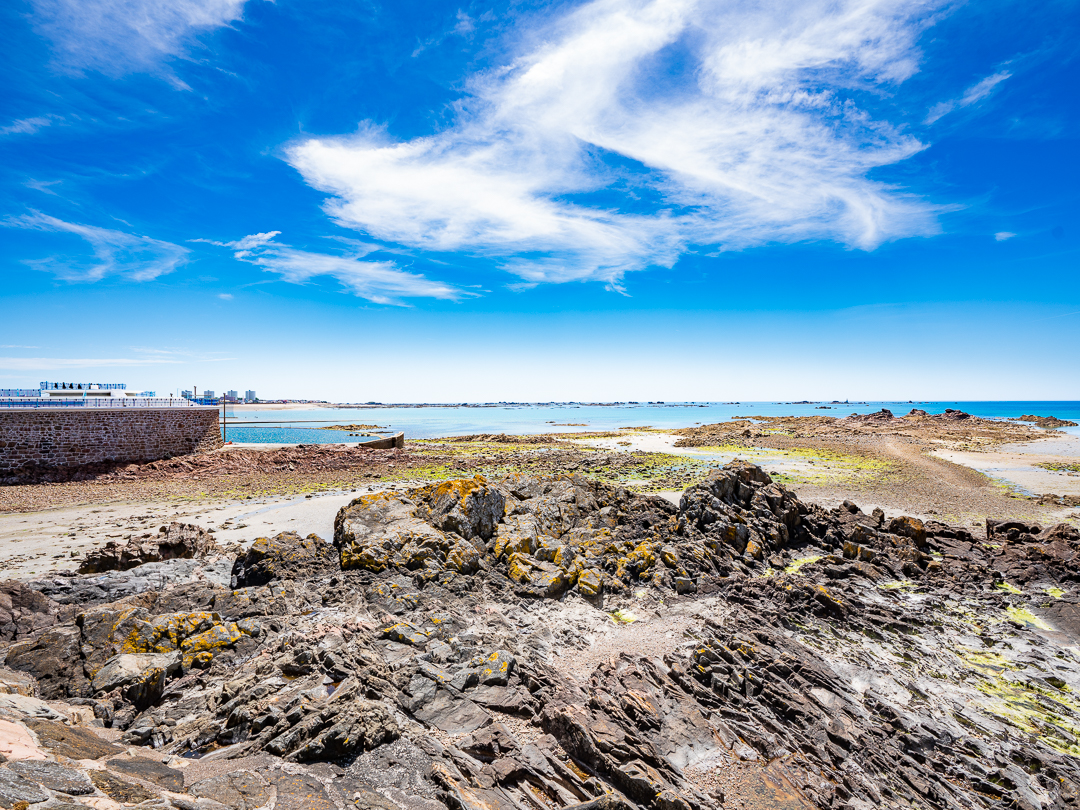 Low tide : great for exploring rock pools at Harve des Pas