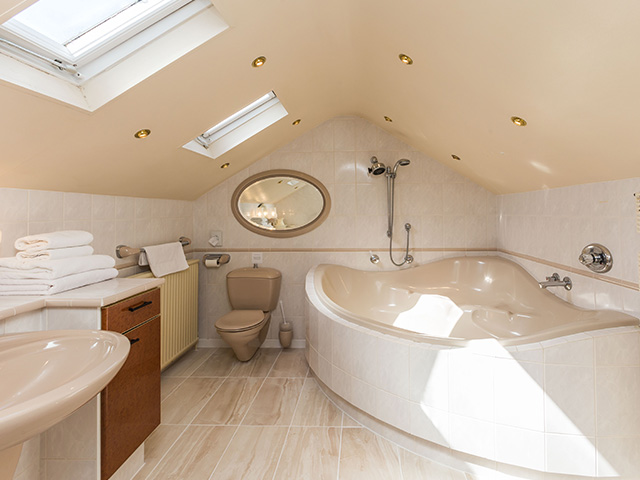 Ensuite to one of the double bedrooms