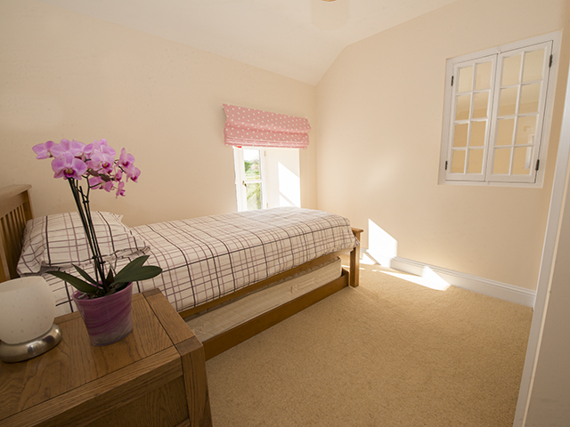 Flexible bedroom - spacious single or twin